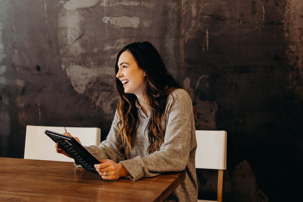 Entrepreneure positive et souriante